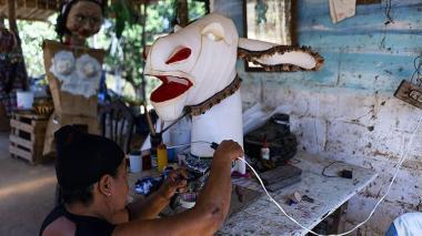 Las historias detrás de los disfraces y máscaras quedan evidenciadas en la labor artesanal de los hacedores de la fiesta, uno de los retratos de Cordero.