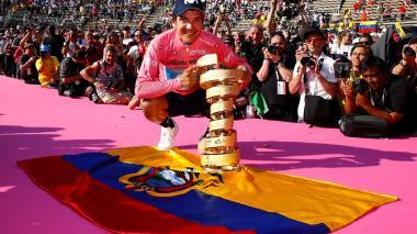 Richard Carapaz celebra con el trofeo del Giro de Italia.