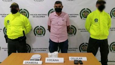 El capturado con la droga que le fue incautada.