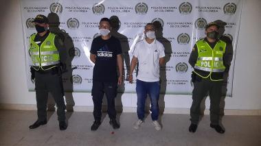 Yimi Andrés Loiza, de 25 años, natural de Cartago (Valle), y Óscar Eduardo Montoya, oriundo de Bogotá fueron detenidos cuando transportaban a sus víctimas en dos motos.