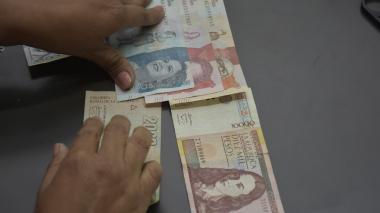 Una persona cuenta varios billetes.