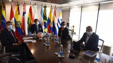 Alejandro Domínguez, presidente de la Conmebol, y su equipo de trabajo durante el consejo de la organización, que se realizó de forma virtual.