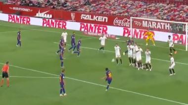 La ejecución de Lionel Messi que fue interceptada por Koundé casi en la raya.