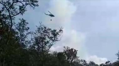 En video   Con helicóptero intentan liquidar incendio en Isla Salamanca