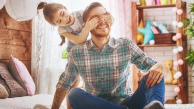 Cuatro actividades para consentir a papá en casa