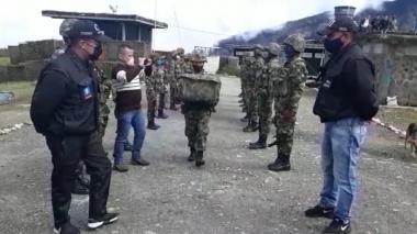 Judicializados 4 soldados por lanzar a cachorra al vacío