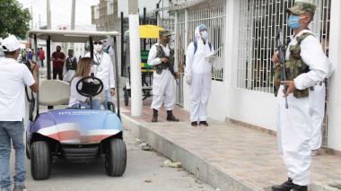 La gobernadora junto a los soldados que patrullan las calles del Atlántico