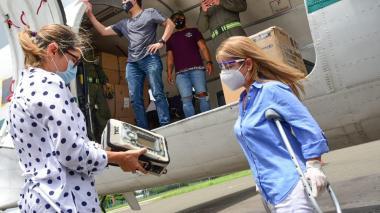 La gobernadora Elsa Noguera junto a la secretaria de Salud, Alma Solano, reciben los ventiladores mecánicos para el Atlántico.