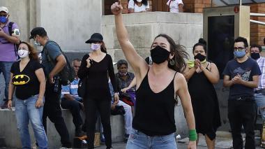 Una mujer grita este viernes durante un plantón para protestar por los feminicidios ocurridos este año en el país, especialmente durante la cuarentena nacional.