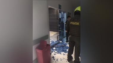 Familiares de un fallecido atacan a piedra la clínica Porvenir de Soledad