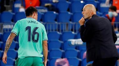 James dialoga con el DT Zinedine Zidane en el juego del pasado fin de semana ante la Real Sociedad.