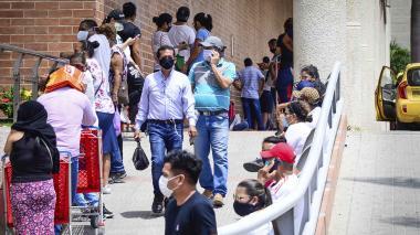 Compradores durante la jornada del primer día sin IVA en un centro comercial en Barranquilla.