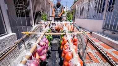 Un migrante venezolano realiza ventas ambulantes de frutas y verduras en Barranquilla.
