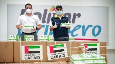El gobernador Blel y el secretario de Salud de Bolivar, Álvaro  González, con parte de la donación de Emiratos Árabes Unidos.