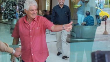 Julio Avelino Comesaña saludando en el hotel donde Junior suele concentrarse