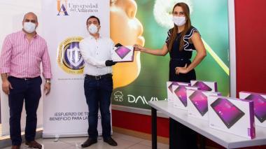 Donan más de 150 tabletas a estudiantes de Uniatlántico