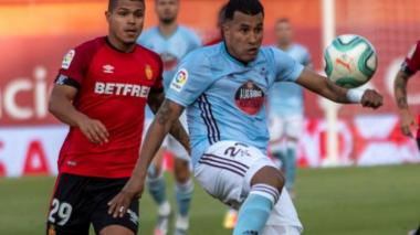 Jeison despeja un balón ante la mirada del 'Cucho' Hernández.