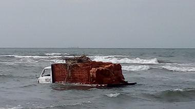 En video   Camión sufre falla mecánica y termina en el mar