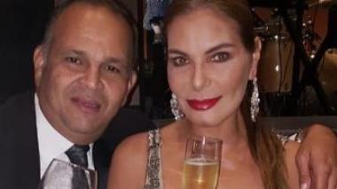 María Mónica Urbina en una foto con su esposo, José