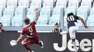 Juan Guillermo Cuadrado saca un remate cruzado que deja sin opciones al portero del Torino.