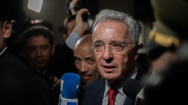"""Uribe denuncia campaña sistemática para """"derrumbar"""" a FF.AA."""
