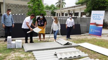 Gobernadora entrega ayudas a familias afectadas por vendaval en Santo Tomás