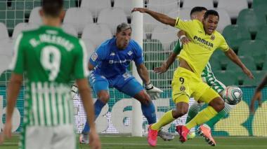 Carlos Bacca en acción con el Villarreal en un partido ante el Real Betis.