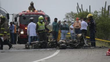 Inspección de los cadáveres en accidente vía Barranquilla - Ciénaga