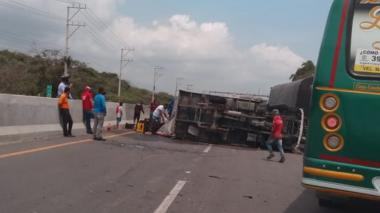 En video | Saquean camión de cerveza que se volcó en la Vía 40
