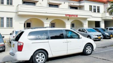 Un carro fúnebre espera a las afueras de la clínica.