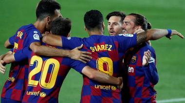 Suárez celebra con sus compañeros el tanto que le dio el triunfo al Barcelona.