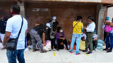 Familiares de los heridos esperan noticias a las afueras de la Clínica Reina Catalina.