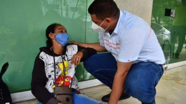 El alcalde Fabián Obispo dialogó con Clara Días, cuyo hermano e hijo resultaron heridos en la explosión.