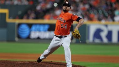 El jugador de los Astros de Houston Roberto Osuna en acción.
