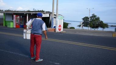 Un vendedor se rebusca unos pesos en el solitario peaje de Tasajera, días después de la tragedia.