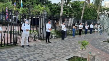 Los funcionarios protestando en las afueras de la Gobernación de Magdalena.