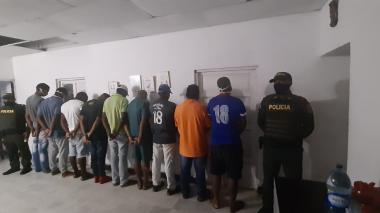 Las nueve personas que se presentaron ante las autoridades.