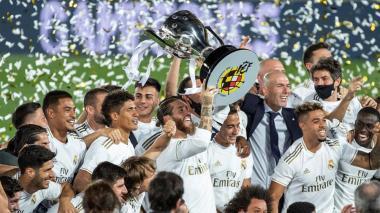 Sergio Ramos, capitán del Real Madrid, levanta el trofeo y sus compañeros celebran.
