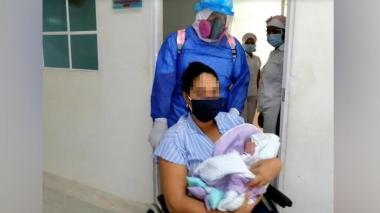 Madre e hija salen emocionadas de la clínica Laura Daniela de Valledupar