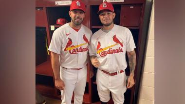 El pitcher barranquillero Nabil Crismatt junto al cátcher Yadier Molina, ambos de los Cardenales.