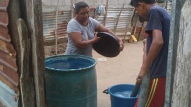 Usuarios de Carraipía con el agua que recibieron de carrotanques.