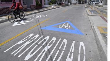 Un ciclista transita por una de las ciclorrutas habilitadas por la Alcaldía.