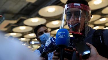 El ciclista colombiano Egan Bernal a su llegada este lunes al aeropuerto Adolfo Suárez Madrid-Barajas.