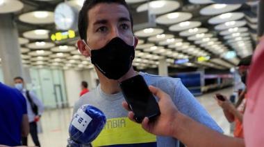 Sergio Luis Henao entregando declaraciones a los medios de comunicación en el aeropuerto de Madrid.