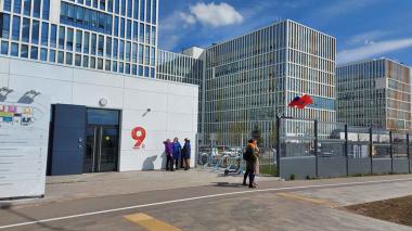 Vista exterior del hospital Nº 40 de Kommunarka, en las afueras de Moscú, que trata a enfermos de COVID-19.