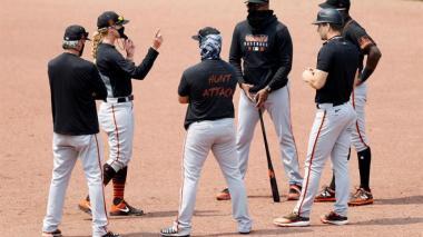 Alyssa Nakken entregando instrucciones a un grupo de peloteros de los Gigantes de San Francisco.