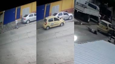 Taxista arrolla a mujer y niño que caminaban por una calle en San Roque