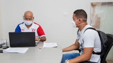 Édgar Sánchez, médico del Unión Magdalena, durante los exámenes médicos practicados a los jugadores.