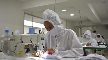 27 mujeres fabrican 10 mil tapabocas cada semana en Barranquilla