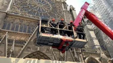 En video   Las manos que levantan Notre Dame